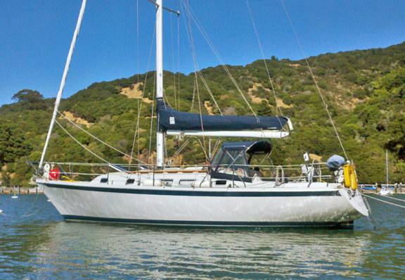 L'Ericson 38 est un croiseur de performance qui a eu divers designers au fil des ans. Vous pouvez toujours les voir courir en club aujourd'hui.